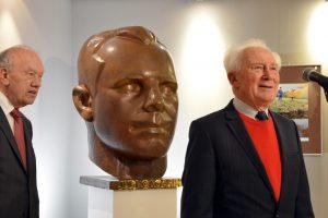 Alexej Jelissejew (links) und Sigmund Jähn vor einer Büste von Juri Gagarin